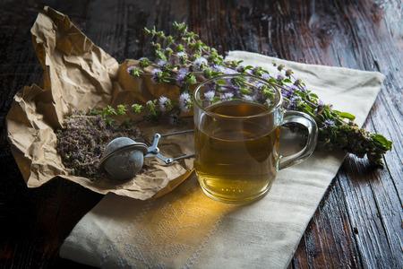 mentha: Mentha pulegium infusi�n en una mesa de madera