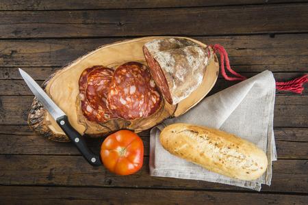charcutería: Morcon, una salchicha española como el chorizo ??con pan y tomate en la tabla de cortar Foto de archivo