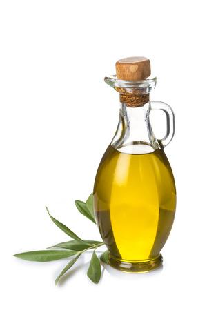 aceite de oliva: GlassbBottle con aceite de oliva extra y la rama de olivo aislada en un fondo blanco
