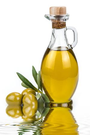 foglie ulivo: L'olio di oliva in una bottiglia di vetro e olive verdi isolati su uno sfondo bianco Archivio Fotografico