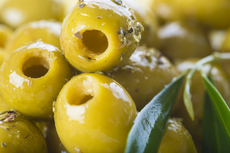 aceite oliva: Aceitunas verdes sin hueso con aceite de oliva extra virgen y hojas