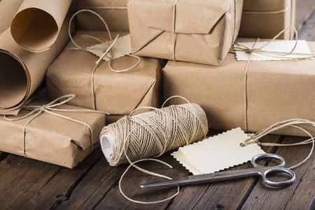 Giften voor Kerstmis verpakt en verpakt op een houten tafel Stockfoto