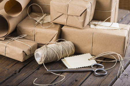 Gifts for Christmas packaged and wrapped on a wooden table Banque d'images