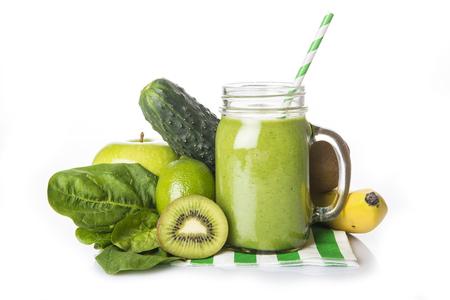 licuado de platano: Batido verde fresca hecha en casa y los ingredientes aislado en un fondo blanco Foto de archivo