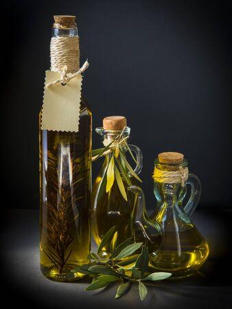 hanf: Olivenölflaschen mit Hanfseil verziert und Blätter auf einem schwarzen Hintergrund
