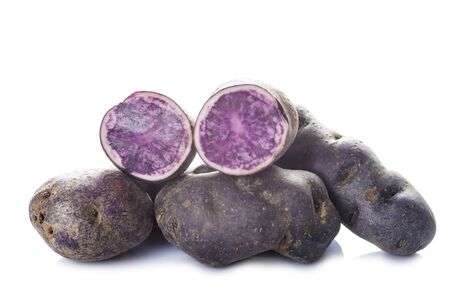 papas: Vitelotte o azul-violeta patatas aislados en un fondo blanco