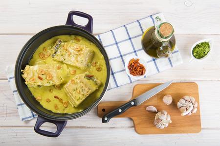 plato de pescado: bacalao en un pilpil una típica receta española Foto de archivo