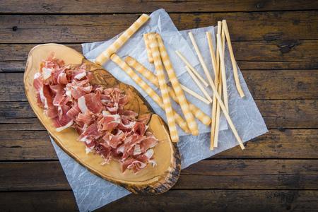 gressins: Serrano tranches de jambon et gressins croustillants avec de l'huile d'olive et la tomate pour le petit déjeuner
