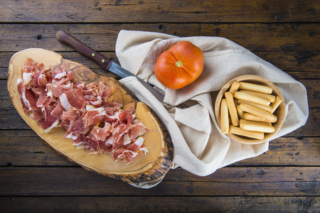 gressins: Serrano ham slices and crispy breadsticks with olive oil and tomato for breakfast Banque d'images