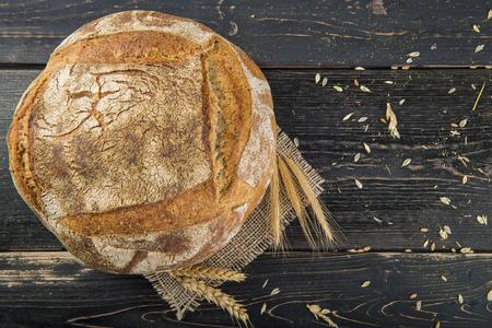 Pagnotta di pane sourdouh fatto in casa decorata con juta e cereali e orecchie