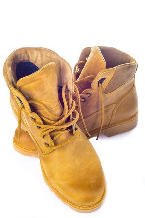 zapatos de seguridad: Un par de botas de cuero amarillo aislado en un fondo blanco Foto de archivo
