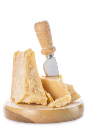 Queso parmesano añejo o parmigiano reggiano aislado sobre un fondo blanco. Foto de archivo