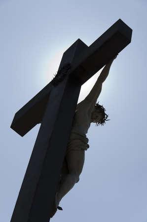 jesus en la cruz: Jes�s Cruz contra la luz Foto de archivo
