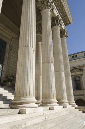 dovere: colonne del palazzo di giustizia Editoriali
