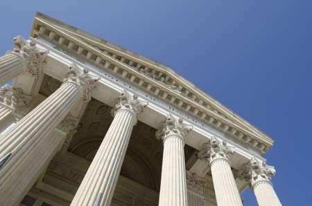 delincuencia: palacio de justicia contra un cielo azul
