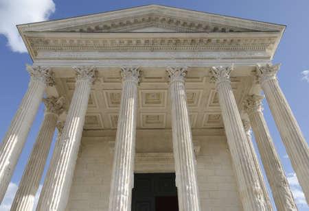 derecho romano: plaza de la casa en Nimes, restos romanos