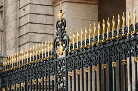 portones: hermosa y antigua puerta de hierro forjado decorada con oro Foto de archivo