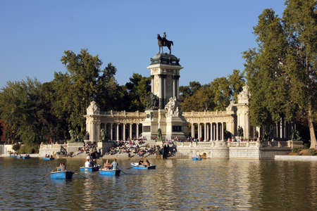 People and Boats in the lake of Retiro Park and Monument to Alfonso XII of Spain in Madrid (Spain). 版權商用圖片