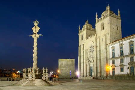 Pelourinho (english: Pillory) and Cathedral do Porto (portuguese: Sé do Porto) illuminated at night (Portugal). 版權商用圖片