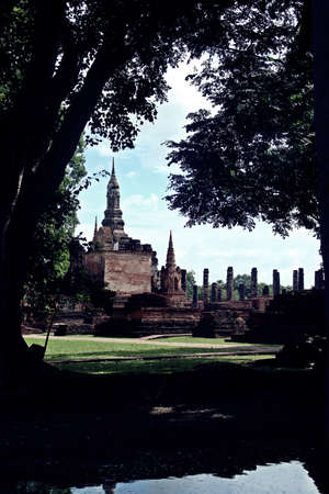 Wat Mahathat or Mahathat Temple in Sukhothai Historical Park in Thailand. The temple's name translates to 'temple of the great relic'. Imagens