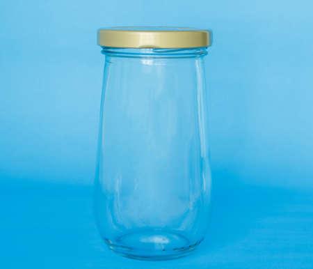 lege glazen pot fles op blauwe achtergrond