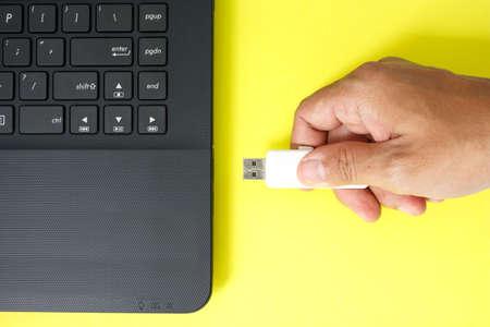 Usb flash drive memory stick op gele achtergrond Stockfoto
