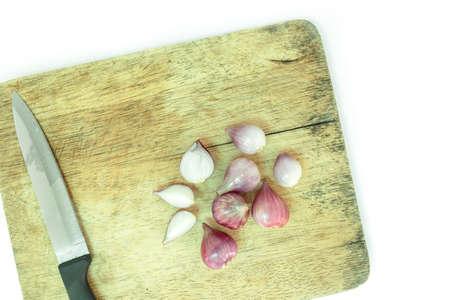 cebolla roja: cebolla roja cortada en la tabla para cortar madera