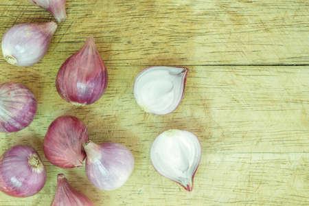 onion red: cebolla roja cortada en la tabla para cortar madera