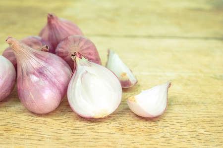 red onion sliced on wooden cutting board Reklamní fotografie