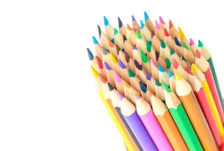 lápices de colores de dibujo multicolor sobre fondo blanco