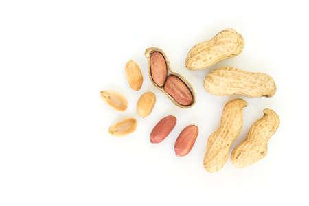 Vista superiore di pile di arachidi su sfondo bianco Archivio Fotografico - 68187370