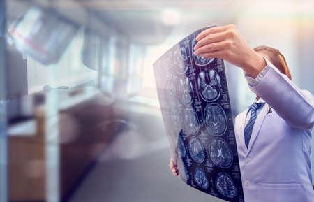 kobieta lekarz trzymająca film tomografii komputerowej i podwójna ekspozycja za pomocą mikroskopu