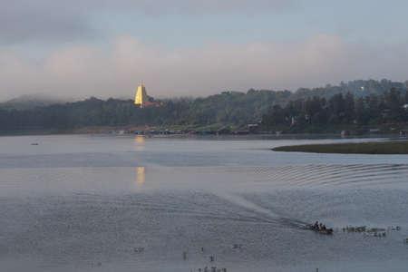Bodhgaya golden pagoda. River's Edge Standard-Bild