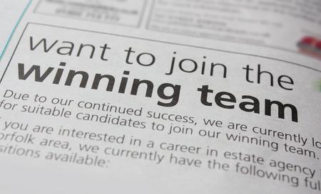 invitando: Anuncio de empleo en un peri�dico, invitando a los candidatos a unirse al equipo ganador