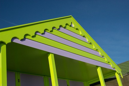 cabane plage: Une cabane de plage aux couleurs vives � Southwold, Suffolk, au Royaume-Uni.