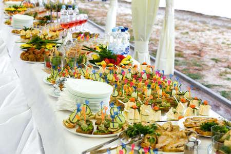 宴会場のテーブルの料理