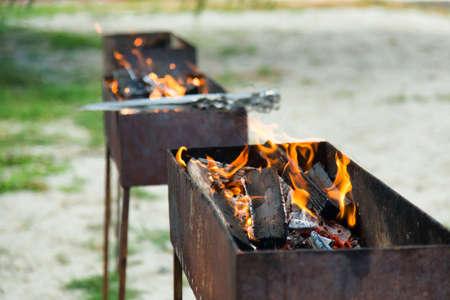 Fuego quema brillantemente en las tres braseros Foto de archivo - 33318716