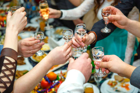 人々 手 Clinking ウォッカやワイン ワイングラス 写真素材