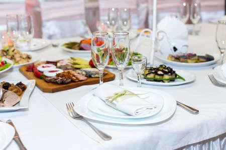 servilleta de papel: servilleta en un plato sobre la mesa festiva servida con platos Vaus