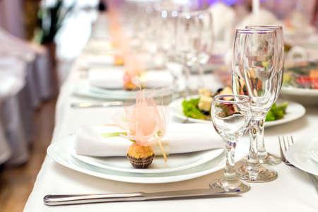 servilleta de papel: servilleta y dulces en un plato servido en la mesa de vacaciones