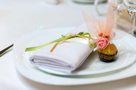 servilleta de papel: servilleta y dulces en un plato servido en la mesa festiva