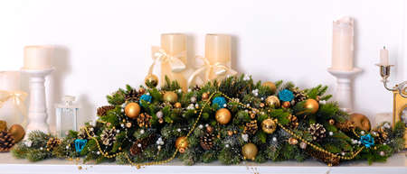 kerze: Weihnachtsschmuck mit Kerzen, Zapfen und Glaskugeln