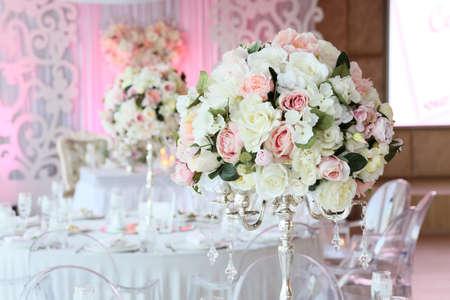 Hermoso ramo de rosas en la boda de la decoración interior del restaurante