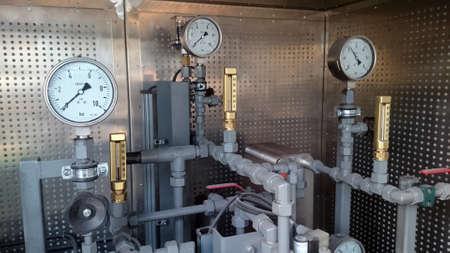 파이프 라인에 설치된 압력 게이지. 산업 플랜트의 수압 측정. 스톡 콘텐츠