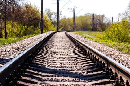 Vías de ferrocarril vacías corriendo en un bosque en un día soleado de verano. Foto de archivo