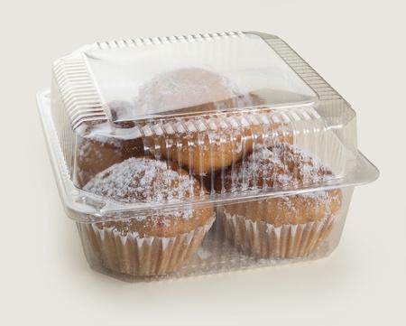 プラスチック製のボックスにいくつかのケーキ