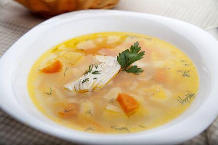 sopa de pollo: Sopa de pollo en el plato blanco sobre el mantel
