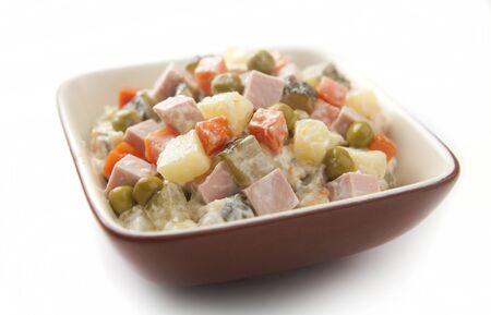 ensalada rusa: Un puñado de ensalada rusa en la taza de cerámica;