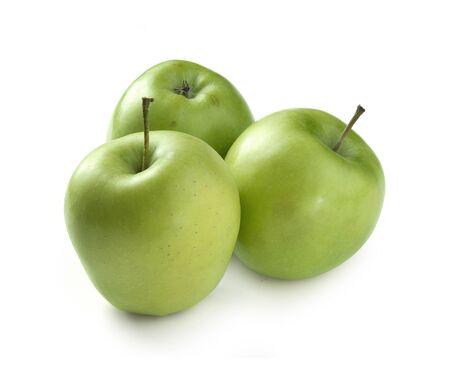白い背景の上 3 つの新鮮な緑のリンゴ