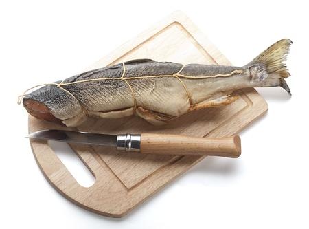 corcovado: Un salm�n ahumado jorobado en la tabla de madera con un cuchillo